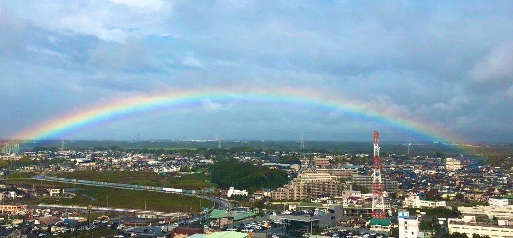 皇居をまたがる形で虹