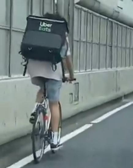 【動画】ウーバーイーツ首都高を自転車走行の配達員は誰で顔画像は?
